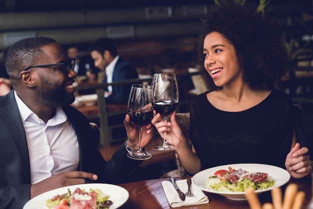 Lovers man and woman talking on a date. Premium Photo