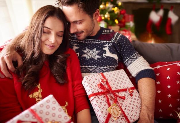 クリスマスの時期に愛するカップル 無料写真
