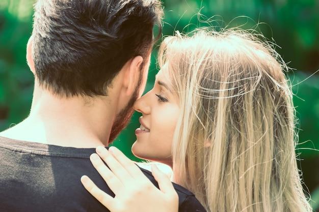 愛するカップルが一緒に抱擁 Premium写真