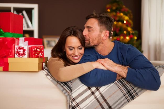 크리스마스 시간에 사랑하는 부부 무료 사진