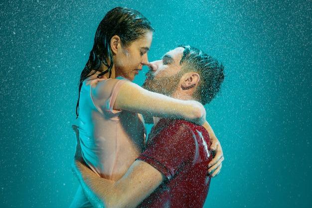 Влюбленная пара в дождь Бесплатные Фотографии