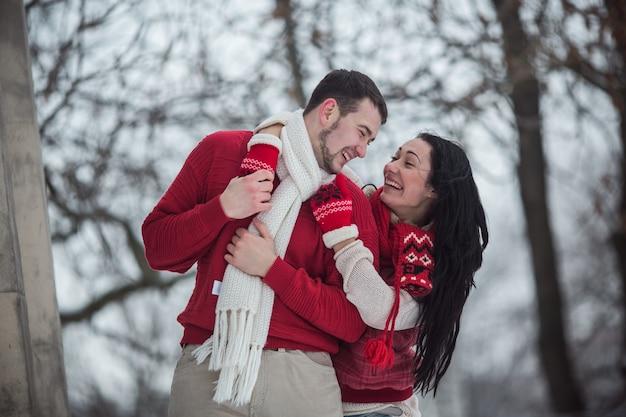Любящая пара в теплой одежде Бесплатные Фотографии