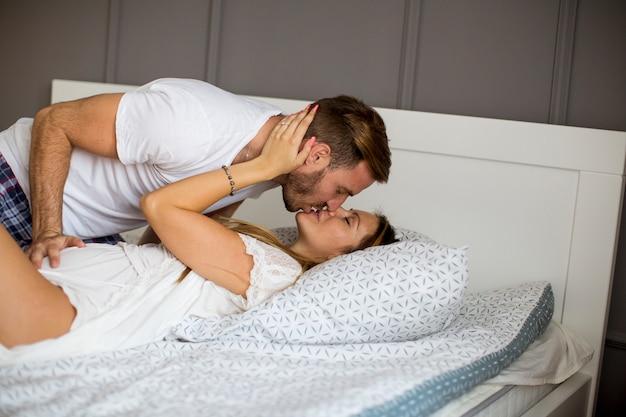 Фото влюбленных пар в кровати вакансии в клубах москвы для девушек работа