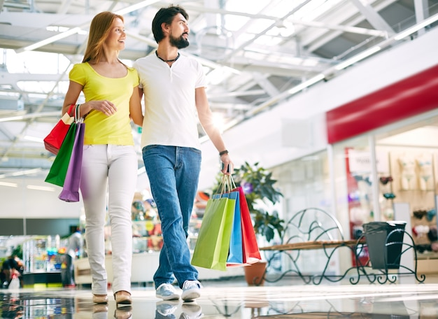 Loving couple shopping Free Photo