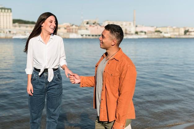 Влюбленная пара, проводящая время вместе на пляже Бесплатные Фотографии