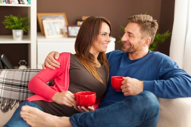 Coppia di innamorati trascorrere del tempo insieme a casa Foto Gratuite