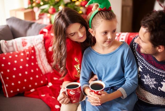 クリスマスにダークチョコレートを飲む愛する家族 無料写真
