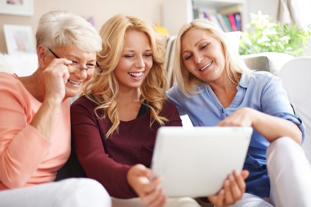 デジタルタブレットを使用して女性の愛する家族 無料写真