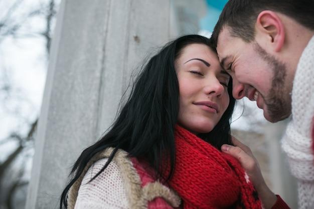 «любящий мужчина и девушка в теплых свитерах» Бесплатные Фотографии