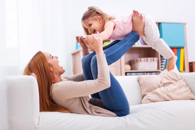 Любящая мать и дочь веселятся вместе Бесплатные Фотографии