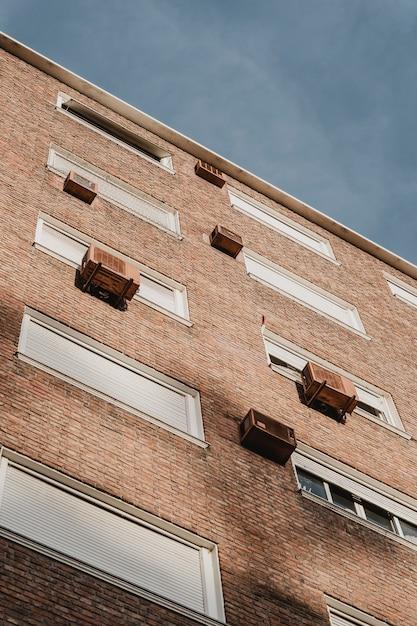 Basso angolo di condominio in città con unità di aria condizionata Foto Gratuite