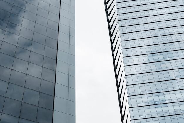 Низкоугольные здания со стеклянным дизайном Бесплатные Фотографии