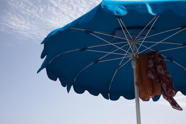 Низкий угол крупным планом пляжный зонтик Бесплатные Фотографии