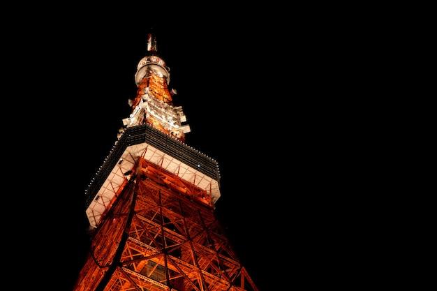 Низкий угол крупным планом выстрел из верхней части башни токио в японии с темным фоном Бесплатные Фотографии