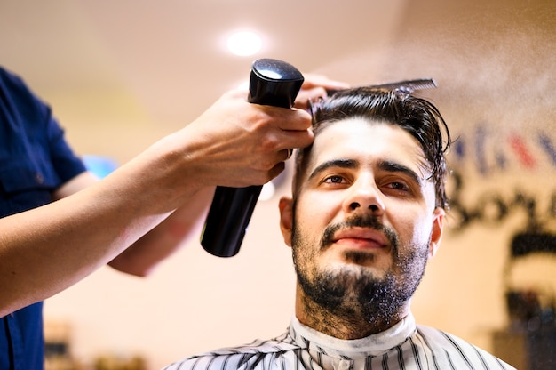 Low angle costumer at hair salon Free Photo