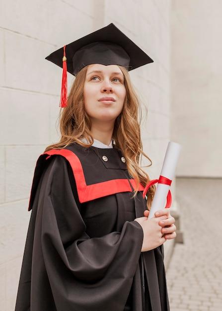 Низкий угол девушка с дипломом Premium Фотографии