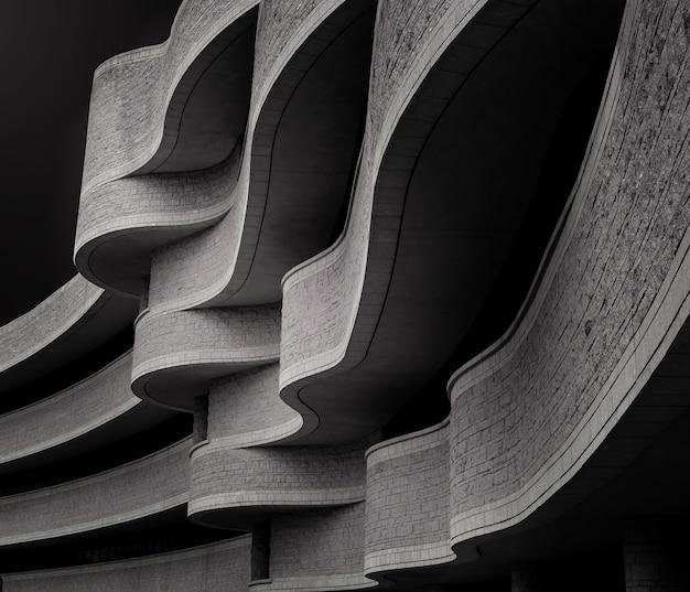 Низкоугольная шкала серого в здании с современной бруталистской архитектурой под солнечным светом Бесплатные Фотографии