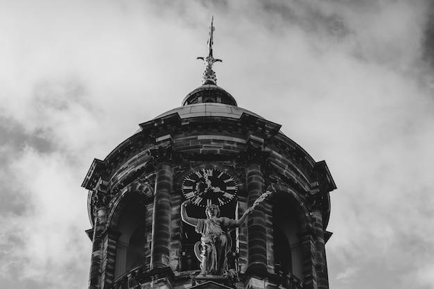 オランダ、アムステルダムのダム広場にある王宮のローアングルグレースケールショット 無料写真