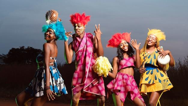 Gruppo di amici a basso angolo vestiti per il carnevale Foto Gratuite