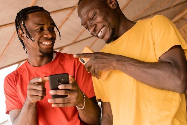 一緒に笑うローアングルの男性 Premium写真