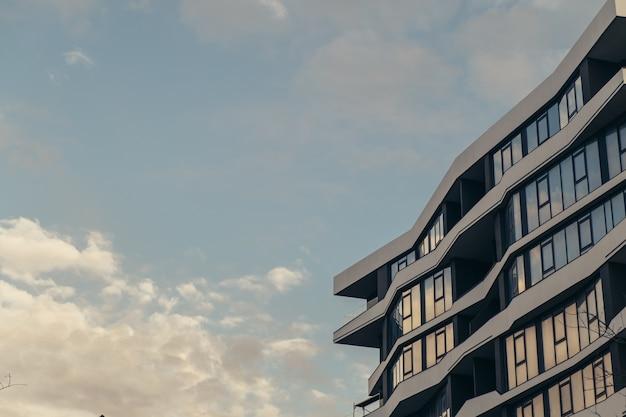 Низкое современное здание с облаками, небоскреб Premium Фотографии