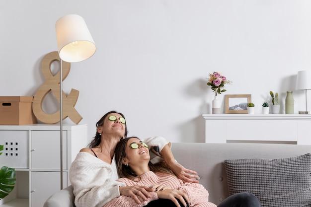 Низкий угол мама и дочь с маской для глаз Бесплатные Фотографии