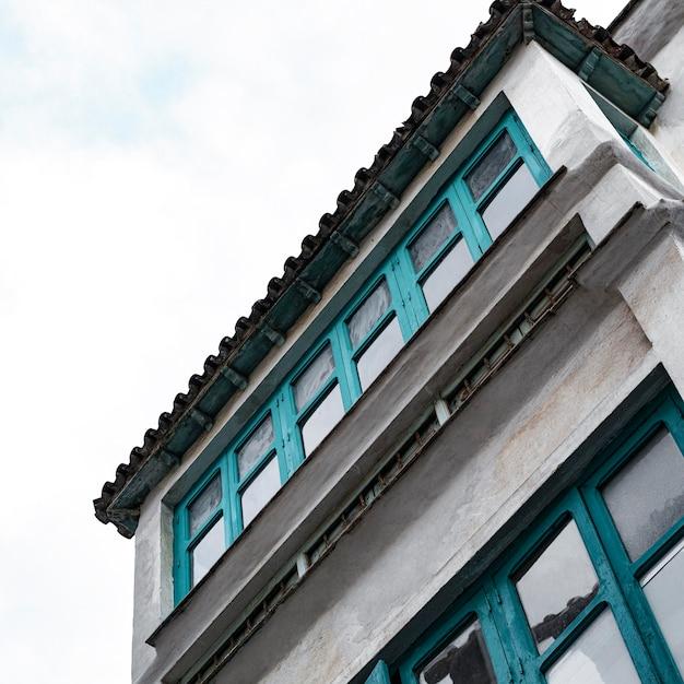복사 공간이있는 도시의 시멘트 건물의 낮은 각도 프리미엄 사진