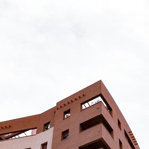 복사 공간이있는 도시의 콘크리트 건물의 낮은 각도 프리미엄 사진
