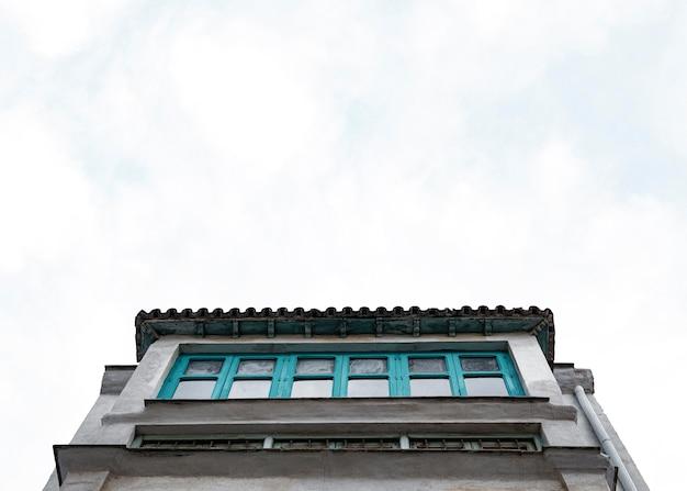 복사 공간이있는 도시의 콘크리트 구조물의 낮은 각도 무료 사진