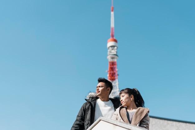 Низкий угол пара, наслаждаясь видом на город с антенной сзади Бесплатные Фотографии