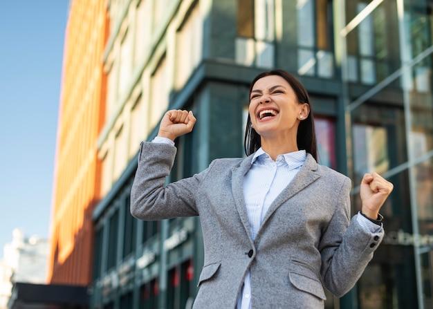 Низкий угол возбуждения бизнесвумен на открытом воздухе Бесплатные Фотографии