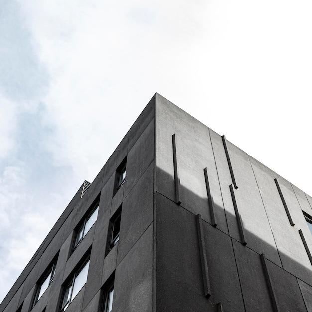 コピースペースのある都市の低角度のプレーンコンクリート構造 無料写真