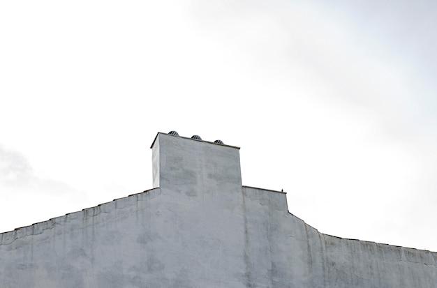 도시의 간단한 건물 구조의 낮은 각도 무료 사진