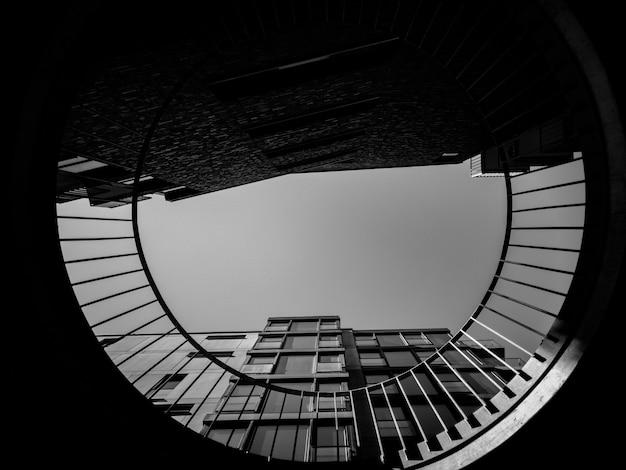 Фото высотного дома под низким углом Бесплатные Фотографии