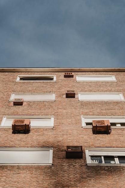 Basso angolo di edificio residenziale in città con unità di aria condizionata Foto Gratuite
