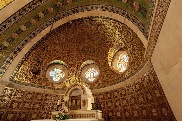 Inquadratura dal basso di un altare in una chiesa storica nella regione dell'eifel, in germania Foto Gratuite