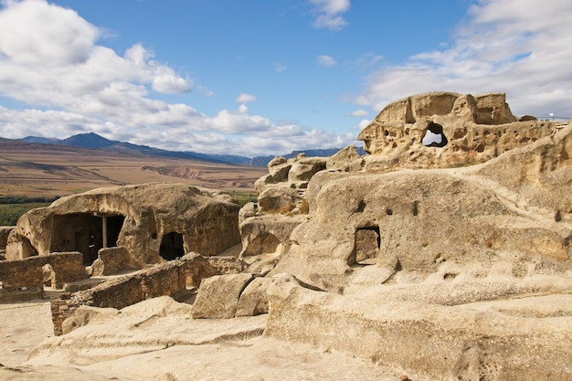 Inquadratura dal basso dell'antica città scavata nella roccia uplistsikhe in georgia Foto Gratuite