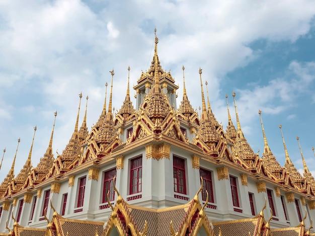 Inquadratura dal basso del bellissimo design del tempio wat ratchanatdaram a bangkok, thailandia Foto Gratuite