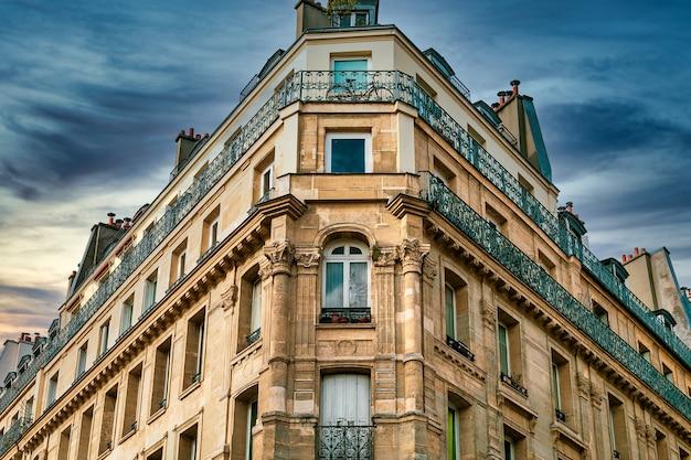 Inquadratura dal basso di una bellissima struttura architettonica storica a parigi, francia Foto Gratuite