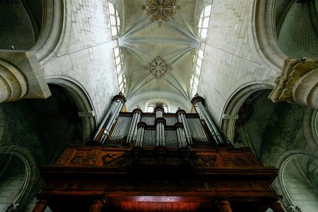 Colpo di angolo basso di un soffitto della cattedrale con finestre Foto Gratuite