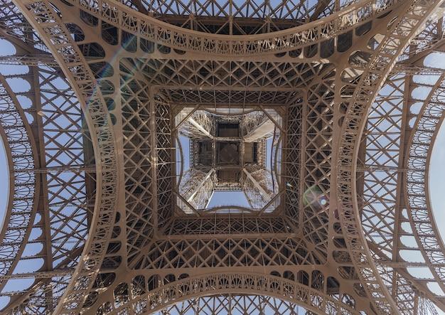 Inquadratura dal basso della torre eiffel, parigi Foto Gratuite