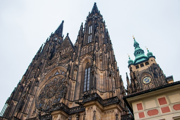 Inquadratura dal basso della famosa cattedrale metropolitana dei santi vito a praga, repubblica ceca Foto Gratuite