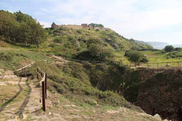 Inquadratura dal basso delle mura di hammershus sulla cima di una collina a bornholm Foto Gratuite