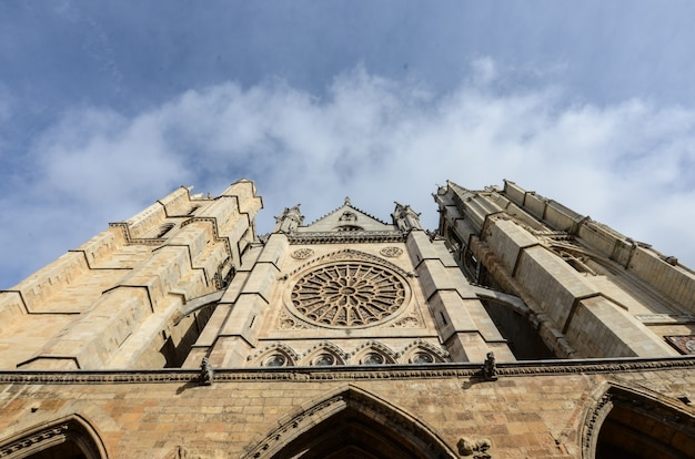 Low angle shot of the historic catedral de leon in spain under the cloudy sky Free Photo