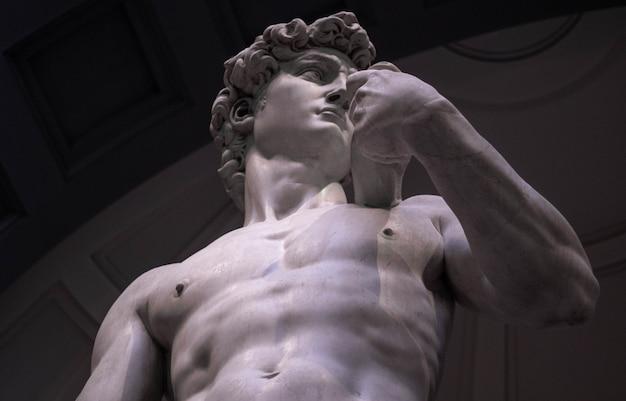 Inquadratura dal basso del david di michelangelo nella galleria dell'accademia di firenze Foto Gratuite