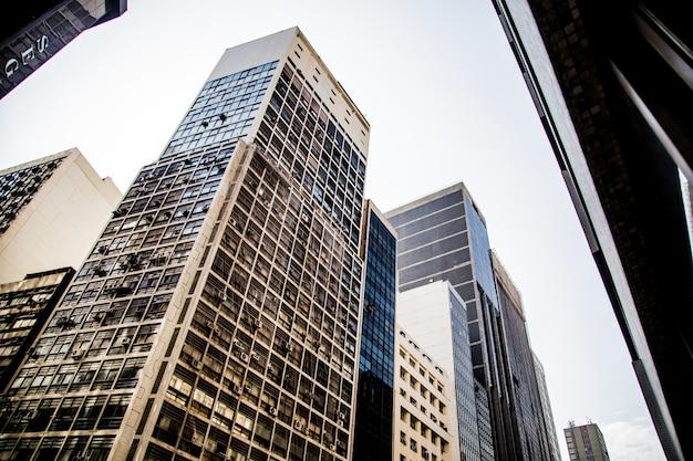 Inquadratura dal basso di un moderno grattacielo nel centro di rio de janeiro Foto Gratuite