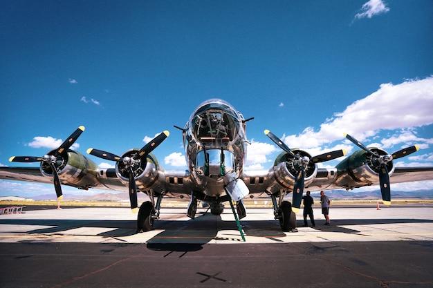 晴れた日に空軍基地で撮影された第二次世界大戦のb-17爆撃機のローアングルショット 無料写真