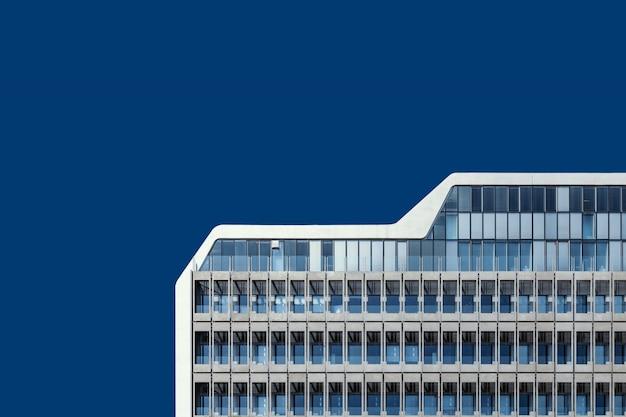 Низкий угол выстрела красивого стеклянного здания под голубым небом Бесплатные Фотографии