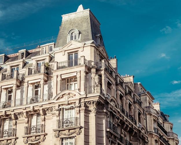 Снимок под низким углом красивого исторического архитектурного сооружения в париже, франция Бесплатные Фотографии