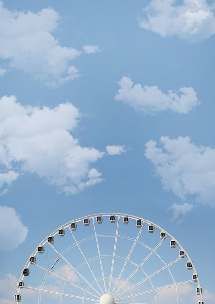 흐린 하늘에 관람차의 낮은 각도 샷 무료 사진